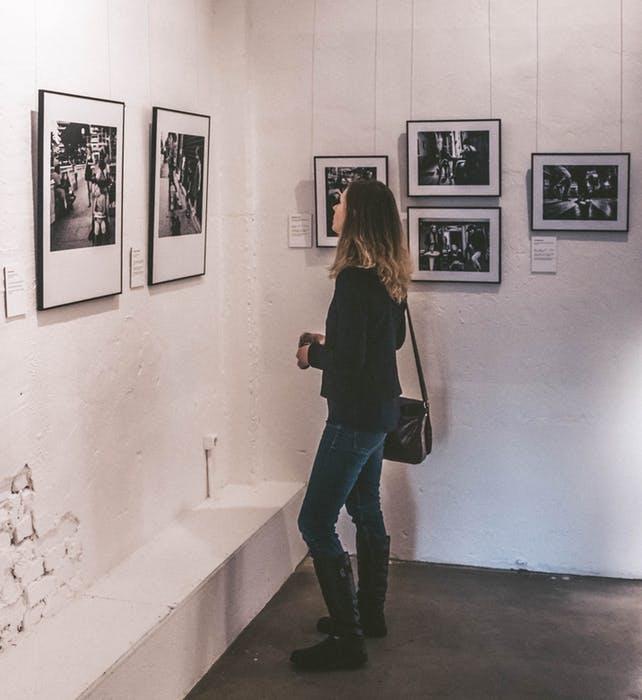Dame som besøker en utstilling
