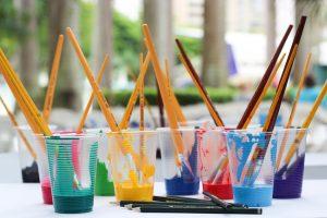 Bilde av farge og malepensler